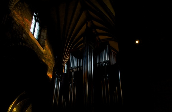 The organ was installed in the south transept in 1992, and incorporates 4000 pipes